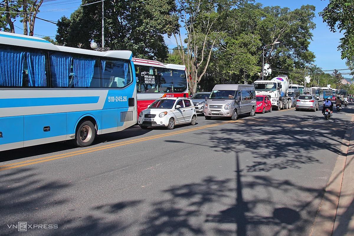 Phương tiện nối đuôi nhau di chuyển trên đường phố Đà Lạt. Ảnh: Khánh Hương.