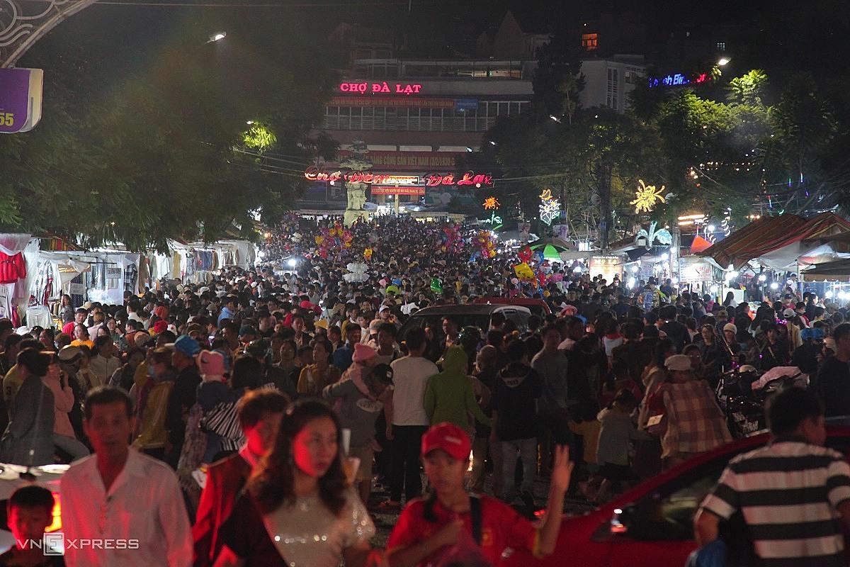 Chợ đêm Đà Lạt là điểm thu hút khách đến ăn uống, mua sắm. Vào ngày cuối tuần, nơi đây trở thành phố đi bộ. Ảnh: Khánh Hương.