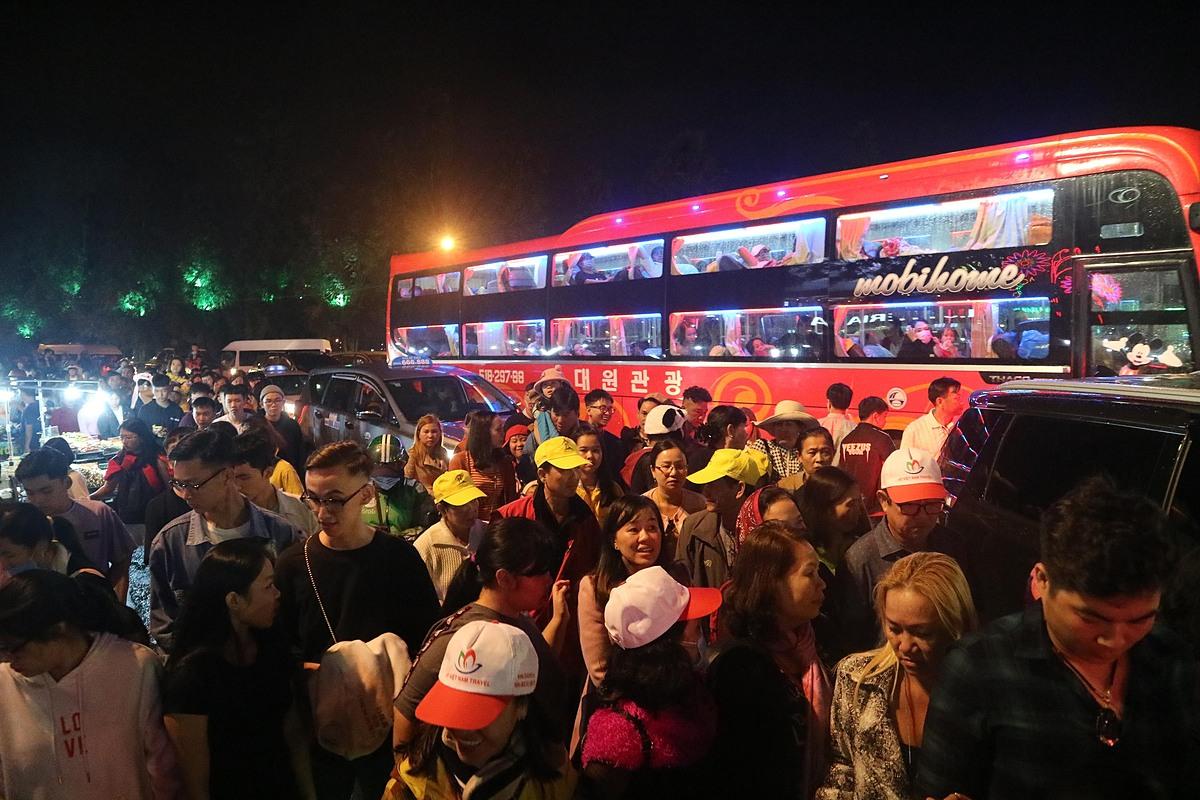 Dòng người chen lấn cùng xe cộ ở trung tâm Đà Lạt tối 18/7.