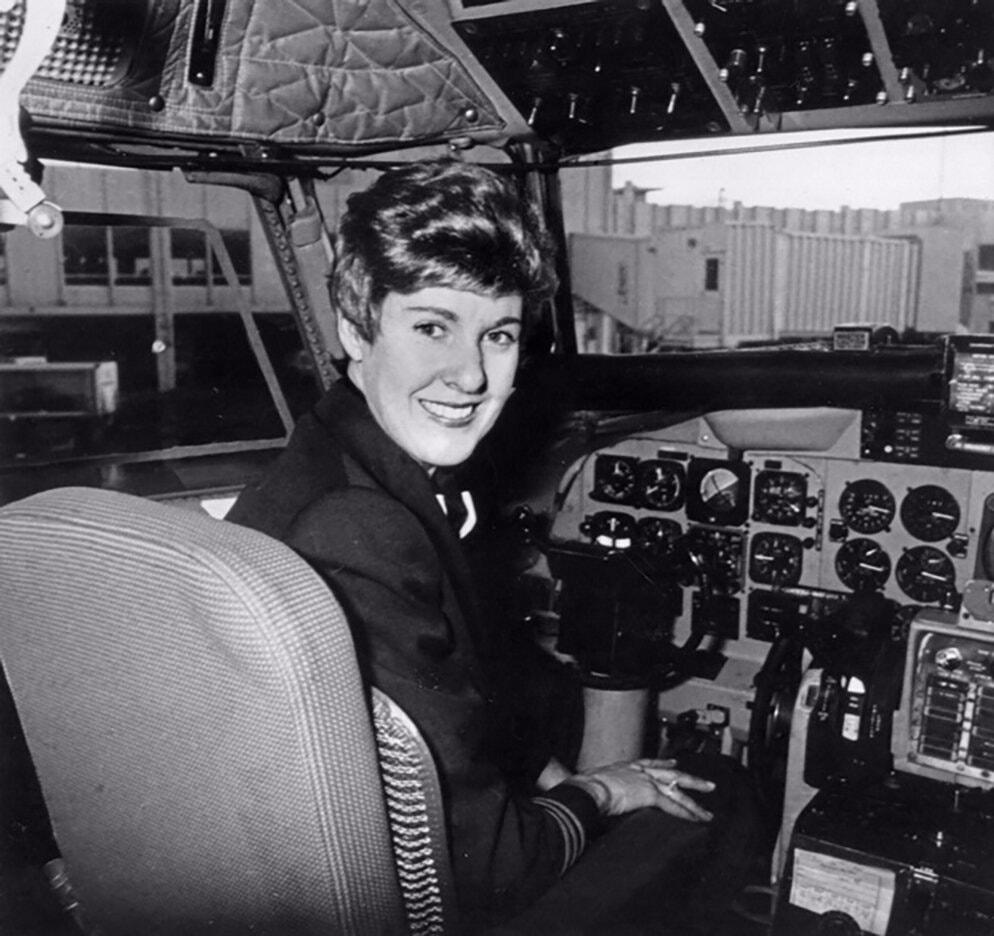 Ngoài việc lái máy bay, Warner còn là quản lý, giảng viên của trường dạy bay ở Denver, Colorado. Bà có hơn 21.000 giờ bay và tham gia hơn 3.000 lần các bài kiểm tra, đánh giá trình độ trong suốt sự nghiệp. Ảnh: New York Times.