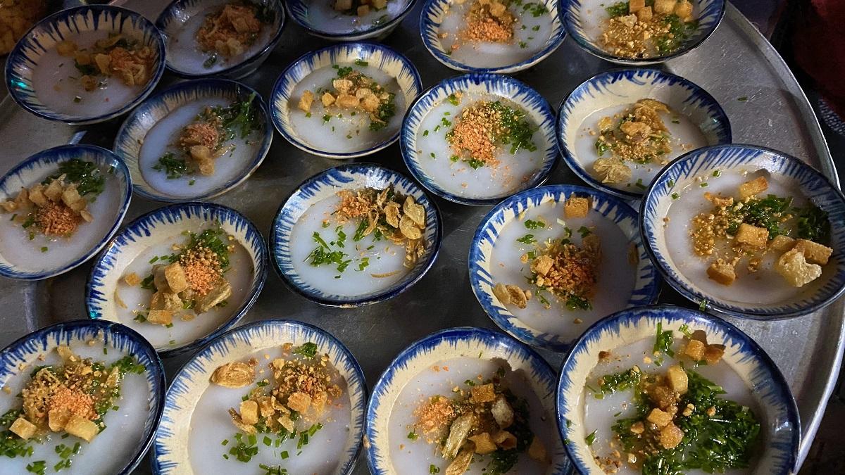 Lang thang trong trung tâm thành phố Pleiku, Hưng dành thời gian thưởng thức các món ăn đường phố. Hưng nhớ nhất một quán vỉa hè bán bánh bèo nóng. Bánh đựng trong những chiếc bát nhỏ xíu bằng lòng bàn tay, hoạ tiết đơn sơ mộc mạc, giá 2.000 đồng một bát. Khi ăn bánh nóng hổi, vị đậm đà.