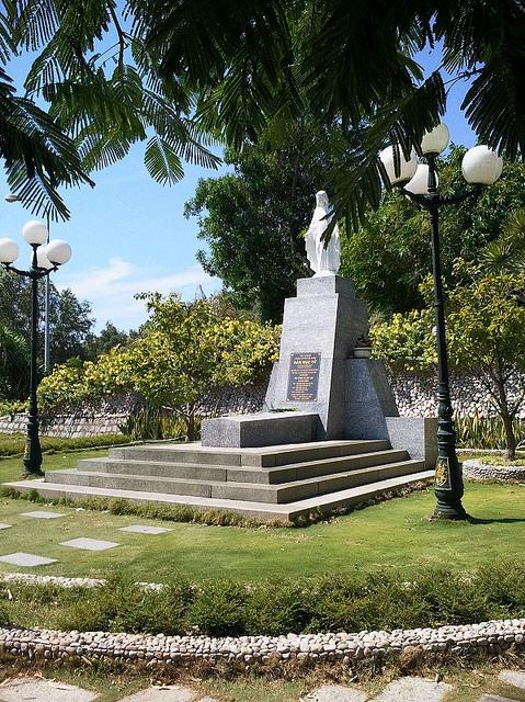 Đến khu du lịch Ghềnh Ráng, du khách còn có dịp viếng mộ Hàn Mặc Tử nằm trên đồi Thi Nhân. Ảnh: Nguyễn Công Quang.