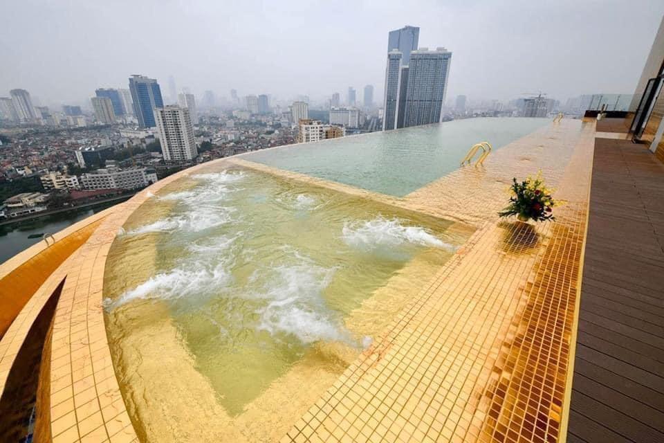 Từ bể bơi, khách hàng có thể ngắm cảnh Hà Nội.