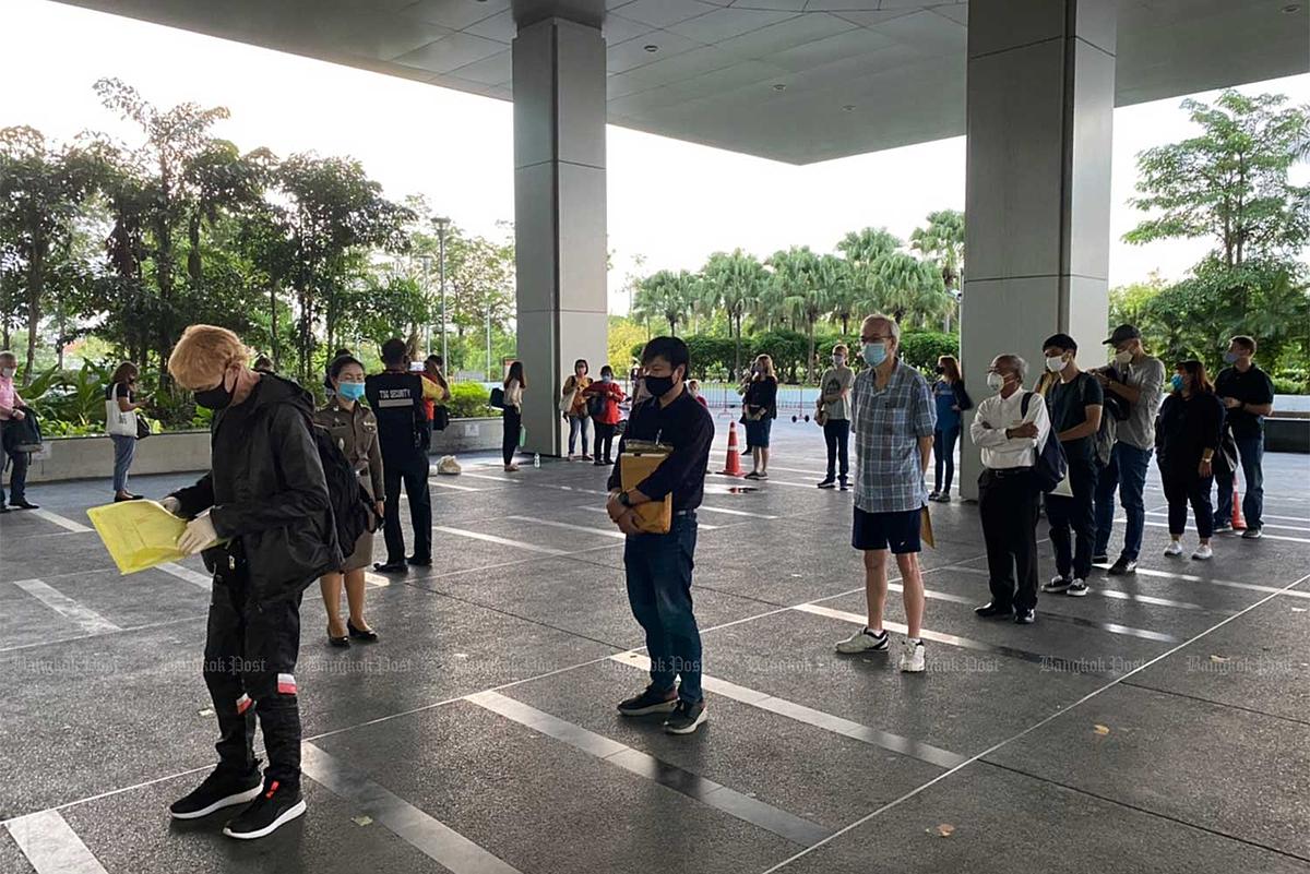 Người nước ngoài xếp hàng đợi tại văn phòng tạm thời của Cục Quản lý Xuất nhập cảnh ở Muang Thong Thani vào giữa tháng 7 để xin gia hạn thị thực. Ảnh: Immigration Bureau.