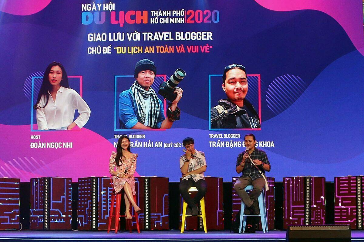 Hai blogger trong buổi giao lưu tại Ngày hội Du lịch TP HCM 2020 hôm 17/7.