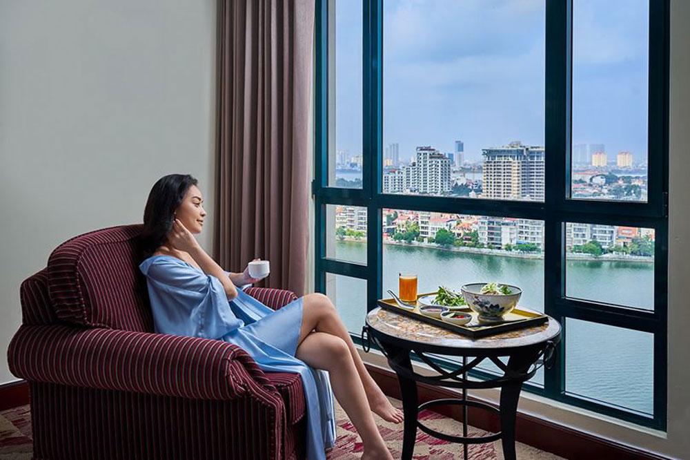 Phòng nghỉ view hồ Tây tại khách sạn Sheraton Hà Nội. Ảnh: Sheraton Hà Nội.
