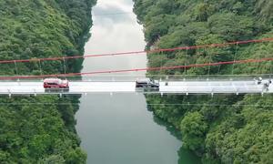 Ôtô nối đuôi qua cầu kính Trung Quốc