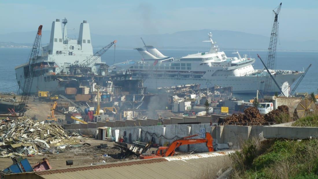 Những du thuyền không được dùng đến sẽ được đưa đến một nơi và phá dỡ. Ảnh: CNN.