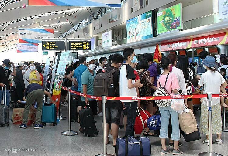 Khách check-in vào sân bay Đà Nẵng khu vực quốc nội đông đúc trưa 26/7. Ảnh: Đắc Thành.