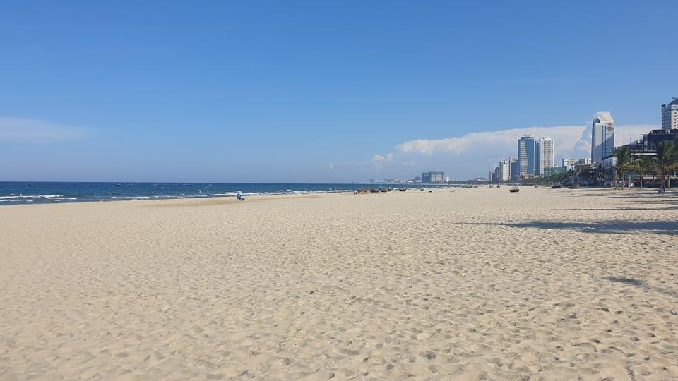 Bãi biển vắng khách chiều 26/7. Ảnh: Đắc Thành.