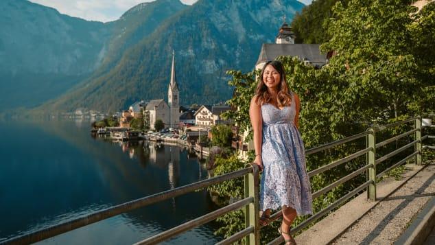 Blogger Guan trong chuyến du lịch đến làng Hallstatt của Áo. Ảnh: CNN.
