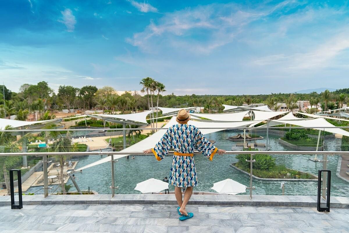 Khu nghỉ dưỡng Minera Hot Springs Binh Chau được đầu tư 2.000 tỷ để xây dựng. Tại đây có các hồ ngâm khoáng trong nhà và ngoài trời, hồ khoáng trị liệu, thủy liệu cùng với 50 hoạt động dành cho du khách mọi lứa tuổi.