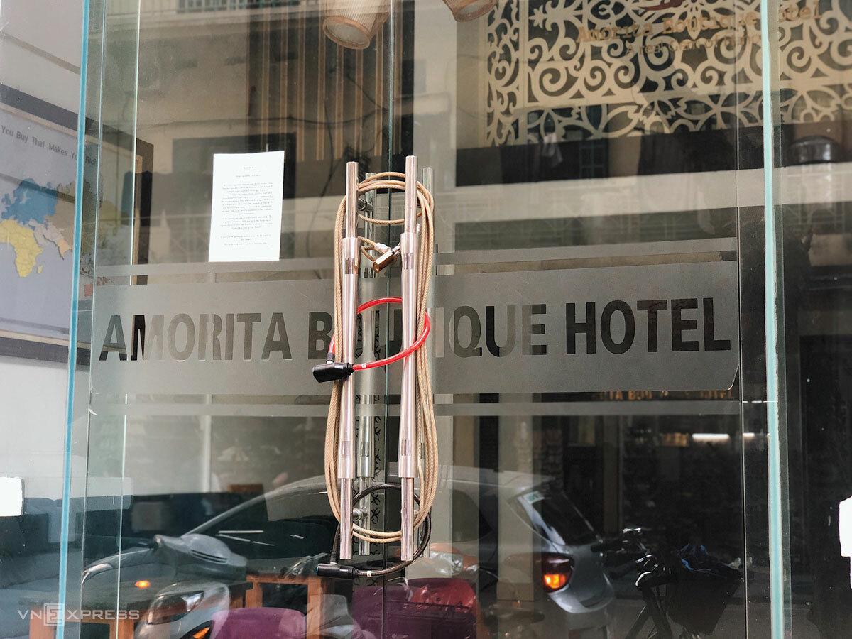 Khách sạn trên phố Hàng Dầu cửa đóng then cài, trên cửa kính bám bụi vẫn dán nguyên thông báo về Covid-19 từ hồi tháng 2 - 3/2020.
