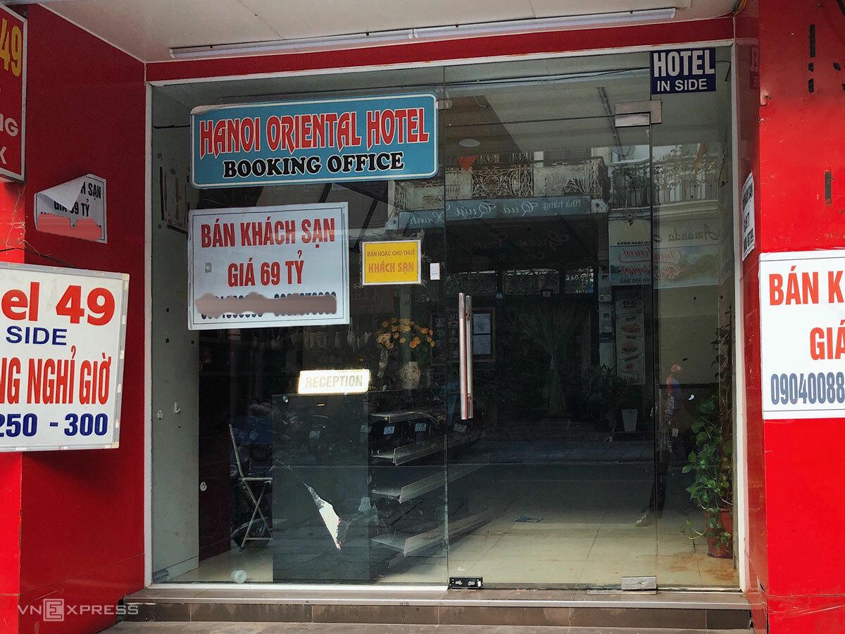 Khách sạn trên phố Hàng Bè rao bán với giá 69 tỷ đồng. Ảnh: Ngân Dương.