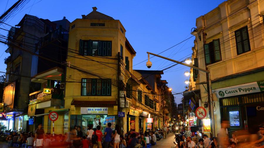 Những quán bia ở vỉa hè phố Tạ Hiện. Ảnh: Prashant Ram, Creative Commons.