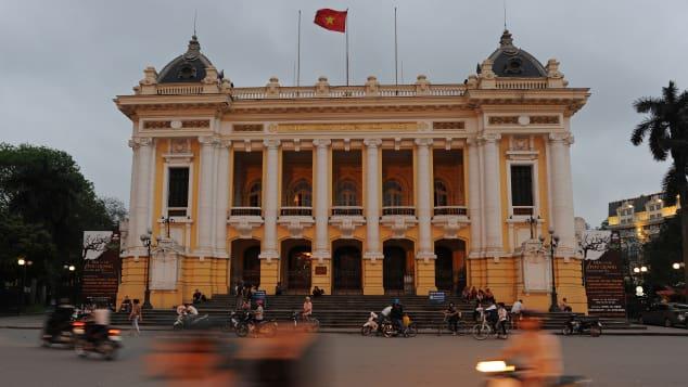 Nhà hát lớn Hà Nội thường có những buổi biểu diễn nghệ thuật hấp dẫn. Ảnh: Chrisophe Archambault, AFP.