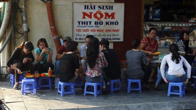 Cửa hàng bán nộm đu đủ ở gần bờ hồ Hoàn Kiếm. Ảnh: Hoang Dinh Nam, AFP.