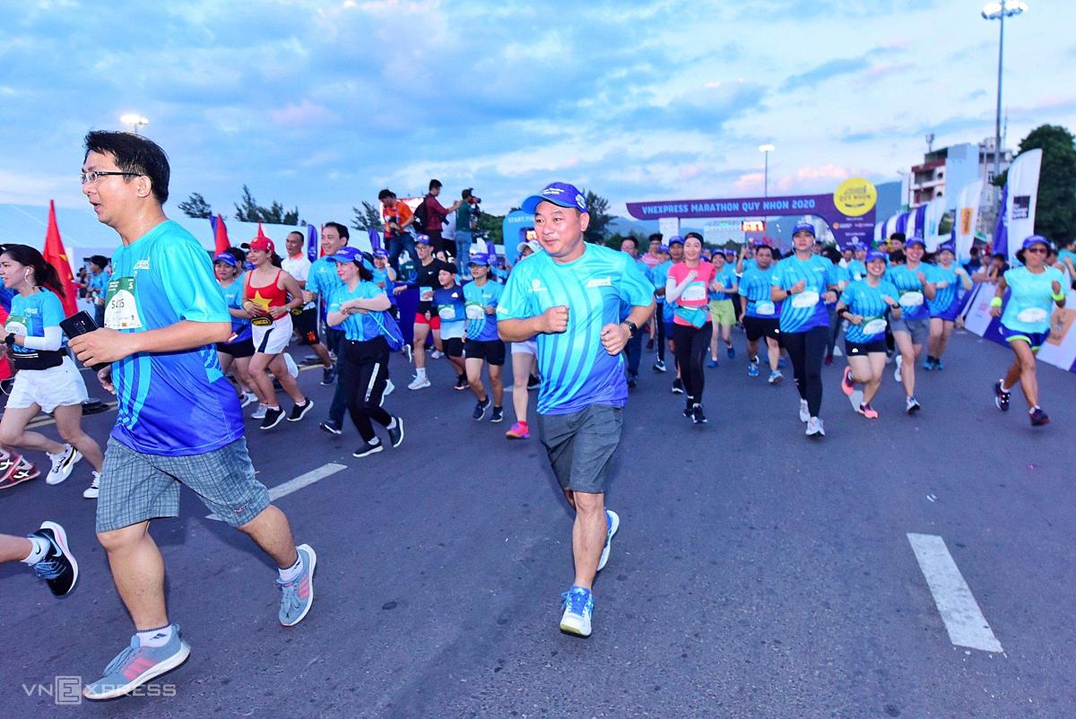 Ông Nguyễn Hữu Sang, đại diện Hưng Thịnh Land (giữa) tham gia VM Quy Nhơn 2020 ở cự ly 5 km.
