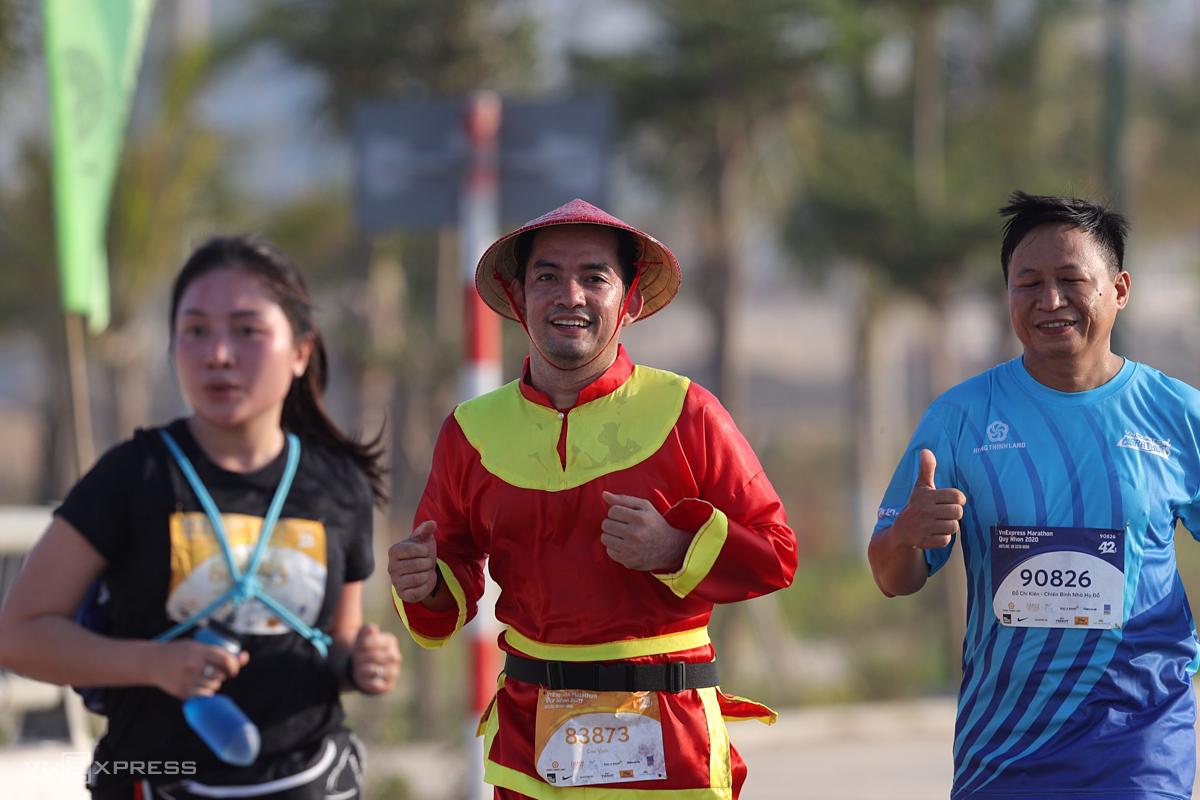 Một runner thuộc đội Hưng Thịnh Land (giữa) cosplay trang phục Tây Sơn khi tham gia cự ly 21 km.
