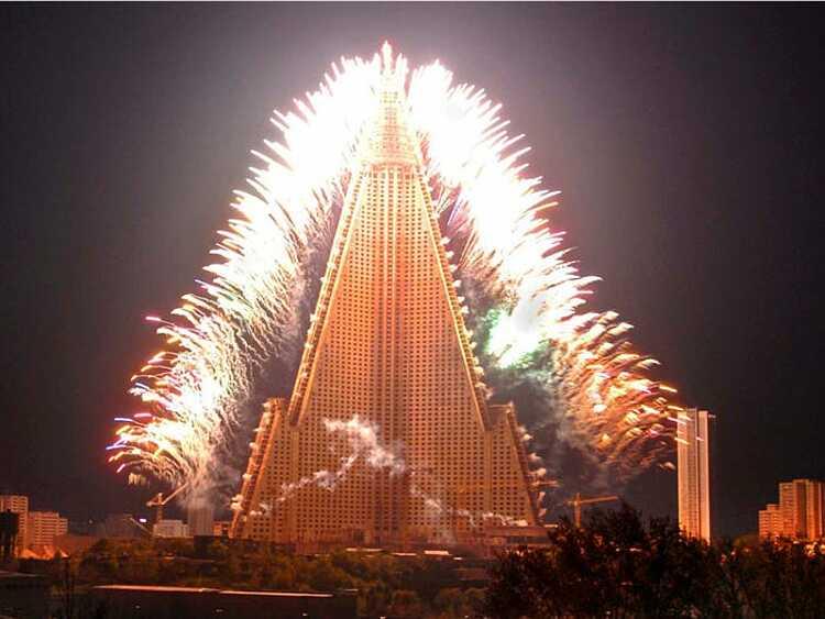 Pháo hoa được bắn vào ngày 1/5 tại Triều Tiên năm 2009. Ảnh: KCNA/Reuters.