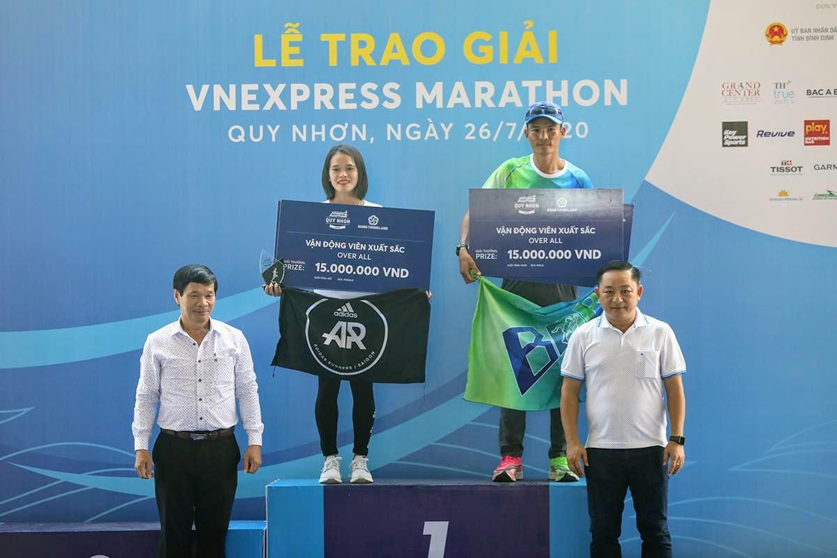 Ông Nguyễn Hữu Sang (phải) trao giải cho hai nhà vô địch cự ly 42 km VM Quy Nhơn.