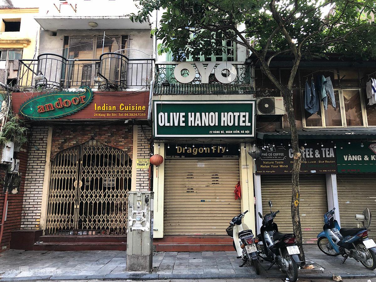 Một loạt quán ăn, cửa hàng trên phố Hàng Bè đóng cửa. Ảnh: Ngân Dương.