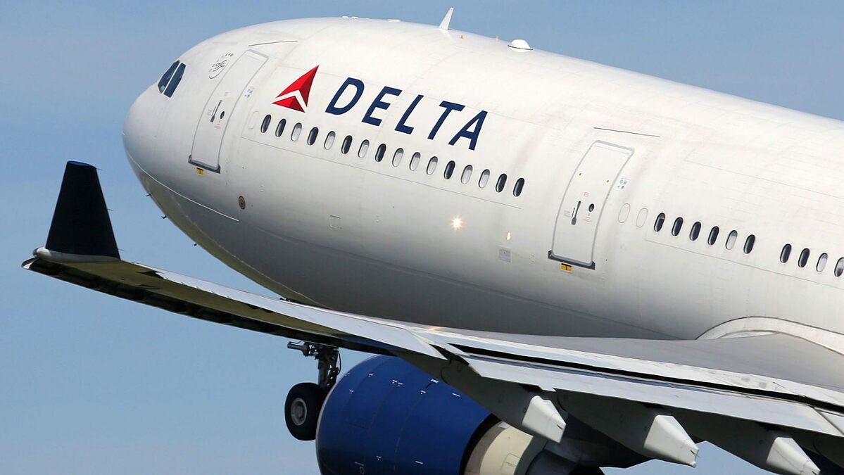Trên các chuyến bay, những hành khách không chịu đeo khẩu trang thường bị mời xuống. Ảnh: Fox News.
