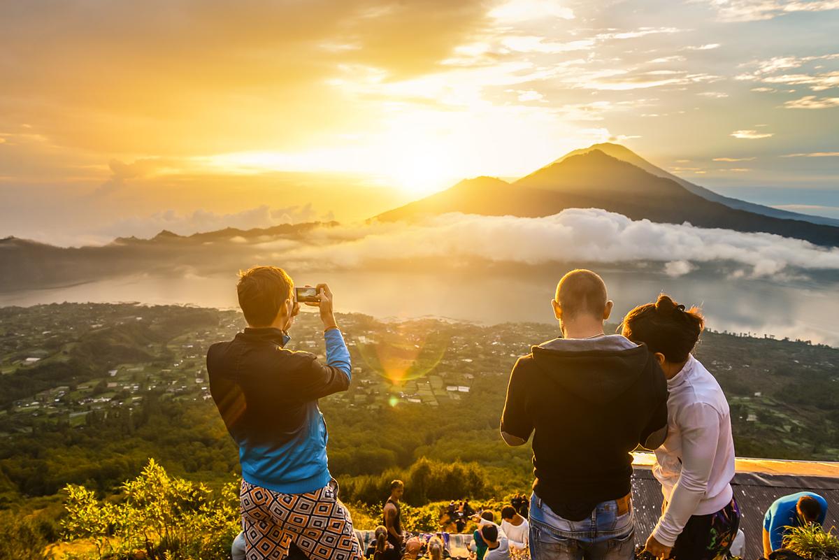 Khoảnh khắc bình minh trên miệng núi lửa ở Bali.