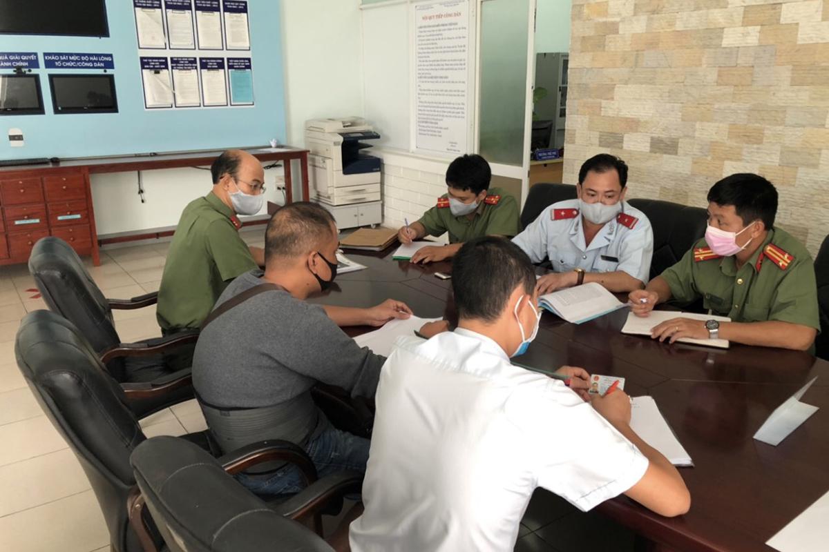 Thanh tra Sở Thông tin và Truyền thông làm việc với ông Phương. Ảnh: Sở Thông tin và Truyền thông