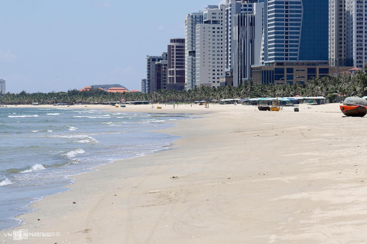 Do thành phố cấm biển, bãi biển Mỹ Khê nổi tiếng không một bóng người. Covid-19 bùng phát trở lại tại Đà Nẵng khiến ngành du lịch một lần nữa lao đao. Ảnh: Nguyễn Đông.