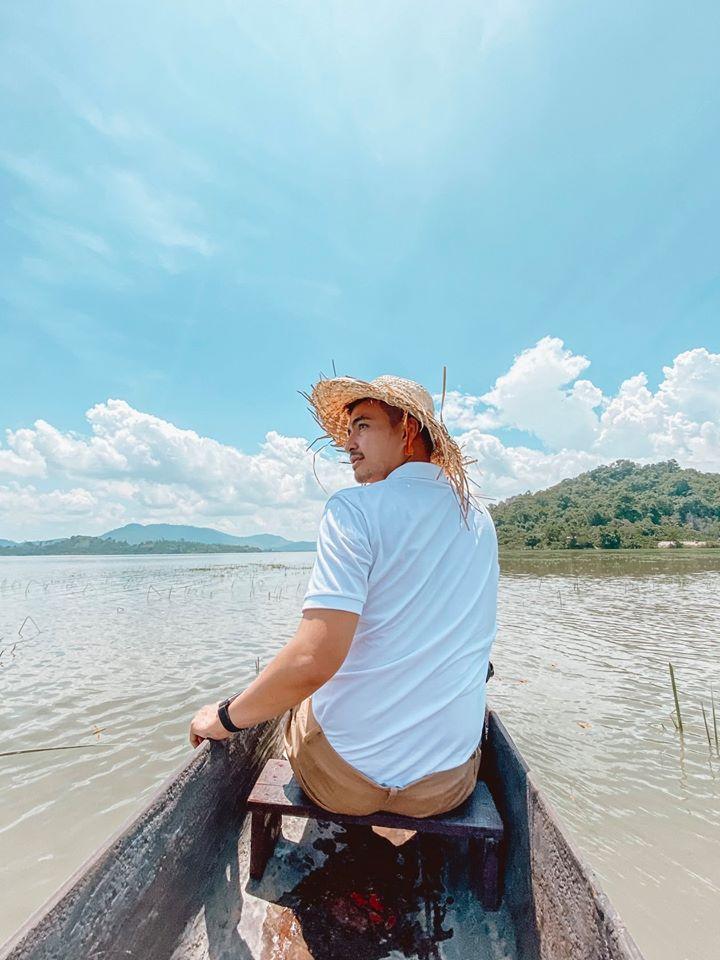 Travel blogger ngồi thuyền ngắm hồ Lắk.