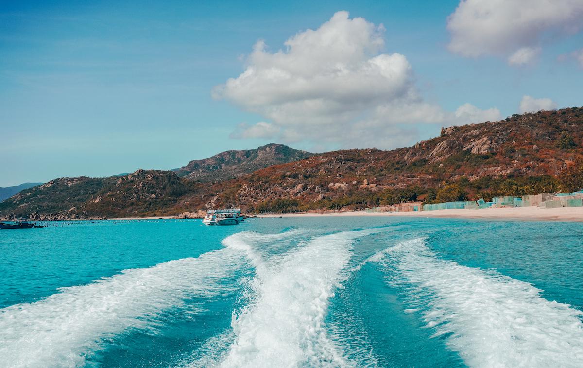 Để đến đảo Bình Hưng, khách du lịch sẽ đi tàu từ Cam Ranh.