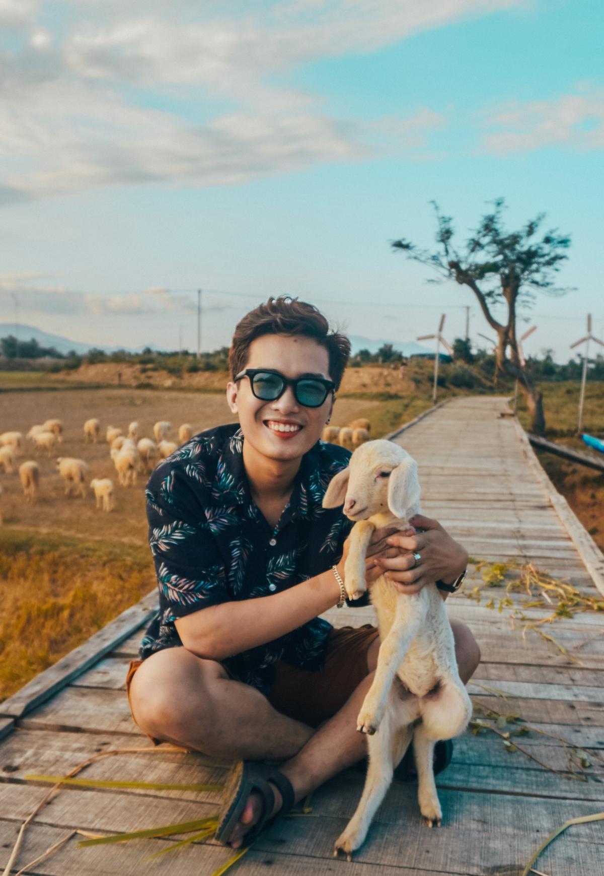 Blogger chụp ảnh lưu niệm tại đồng Cừu Suối Tiên.