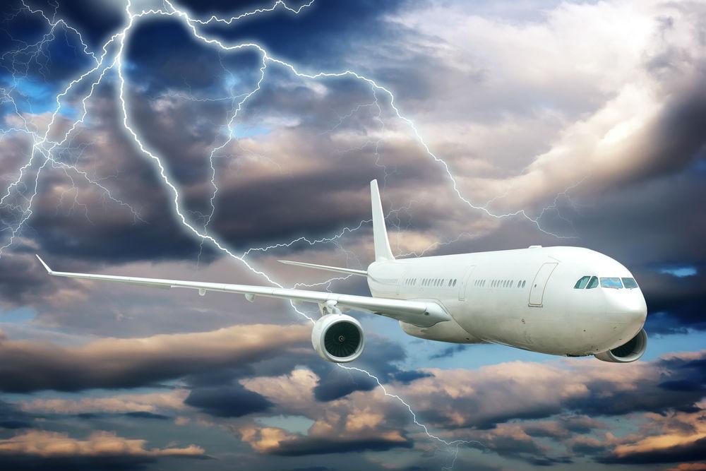 Các dòng máy bay hiên đại đều có khả năng chịu đựng tốt đối với các điều kiện thời tiết khắc nghiệt, và các phi công cũng đều có trình độ rất cao. Do đó, bạn không nên quá lo lắng khi di chuyển bằng đường hàng không và nên tuân thủ theo mọi hướng dẫn của tiếp viên. Ảnh: Flights.