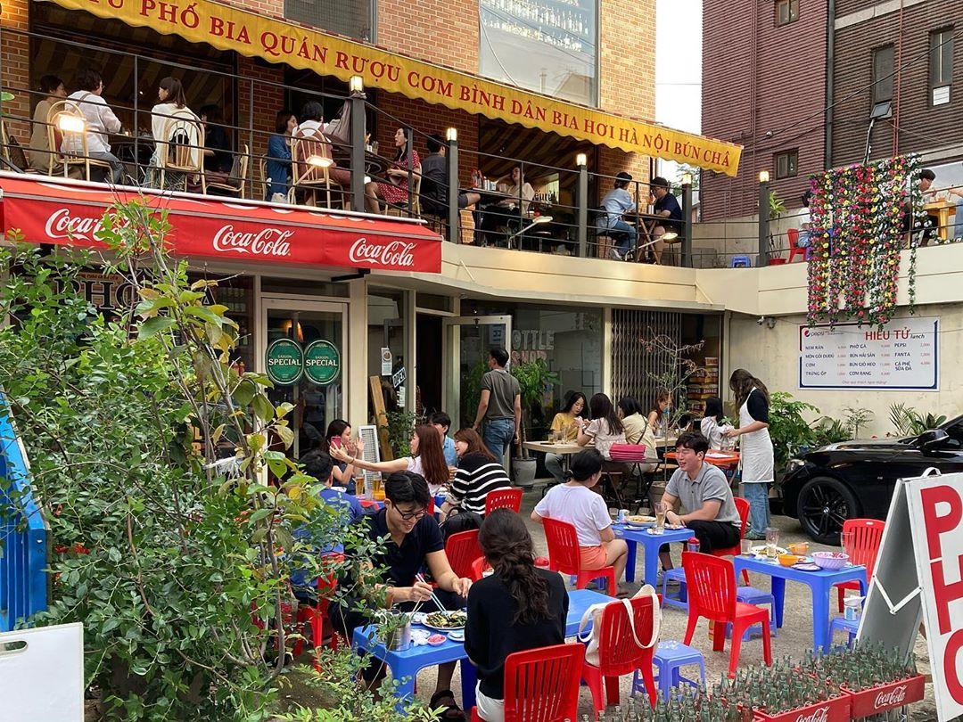 Không gian quán 효뜨 Hiếutử được thực khách ví như Việt Nam thu nhỏ giữa quận Yongsan của Seoul. Ảnh: seeok_/Instagram