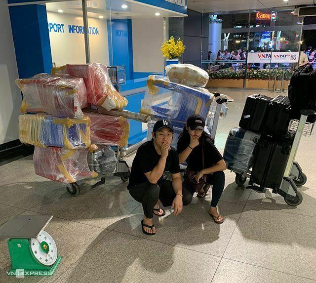 Nam Joon-young (trái) mua bàn ghế, bát đũa... từ Việt Nam đem về Hàn Quốc. Ảnh: NVCC.