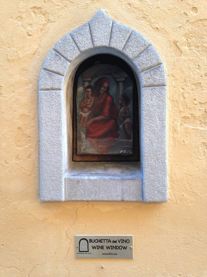 Cửa sổ rượu hay buchette del vino, là một nét đặc biệt chỉ có ở vùng Tuscany, Italy. Đó là những chiếc cửa sổ tí hon nằm ở các tòa nhà trung tâm thành phố Florence, có từ thế kỷ 17, trong giai đoạn kinh tế châu Âu có nhiều biến động do chiến tranh. Cửa sổ rượu dùng để bán lẻ rượu cho người dân mà không qua trung gian, hoặc ở các cung điện, gia đình quý tộc thì cửa này là nơi trao đồ từ thiện.Theo Hiệp hội Cửa sổ Rượu (WWA), Florence hiện có hơn 150 cửa sổ này và hiện đã mở lại trên khắp thành phố. Ngày nay, phần lớn trong số chúng đã bị bịt kín, có chiếc dùng để ghi thông báo giờ giấc, hộp thư hoặc tranh đường phố.