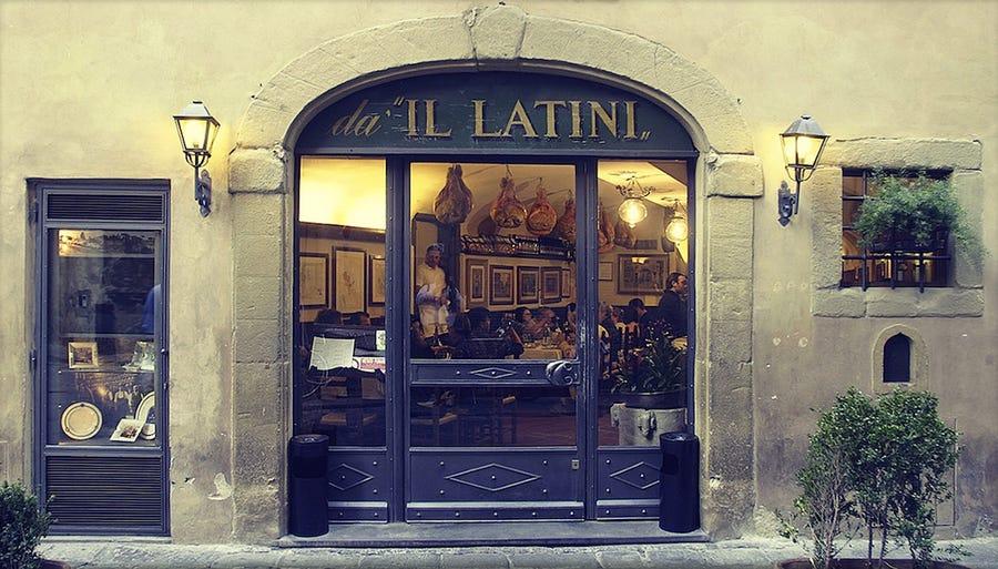 Ở Florence, những ô cửa rượu là một nét văn hóa quen thuộc trong đời sống thường ngày của người dân nơi đây. Khi luật bán rượu thay đổi vào đầu thế kỷ 20, các cửa sổ rượu dần không còn tồn tại và nhiều cửa sổ bằng gỗ vĩnh viễn bị mất, hỏng trong trận lũ lụt năm 1966.