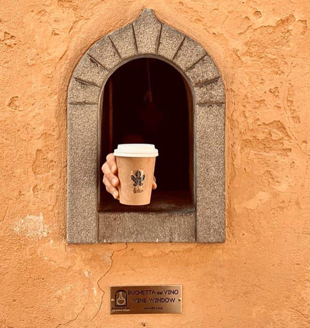 Một ô cửa phục vụ cà phê mang đi. Chủ tịch WWA Matteo Faglia cho hay, xưa kia, mọi người có thể gõ lên cửa gỗ nhỏ và có ngay những chai rượu được rót trực tiếp từ các gia đình chuyên làm rượu vang nổi tiếng nhất Italy như Antinori, Frescobaldi hay Ricasol.