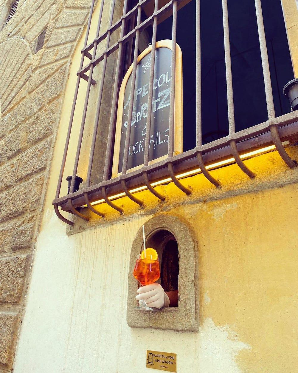 Gần đó, du khách và người dân địa phương có thể thưởng thức những ly cocktail thơm ngon và đầy màu sắc từ hàng Osteria delle Brache ở khu Peruzzi.