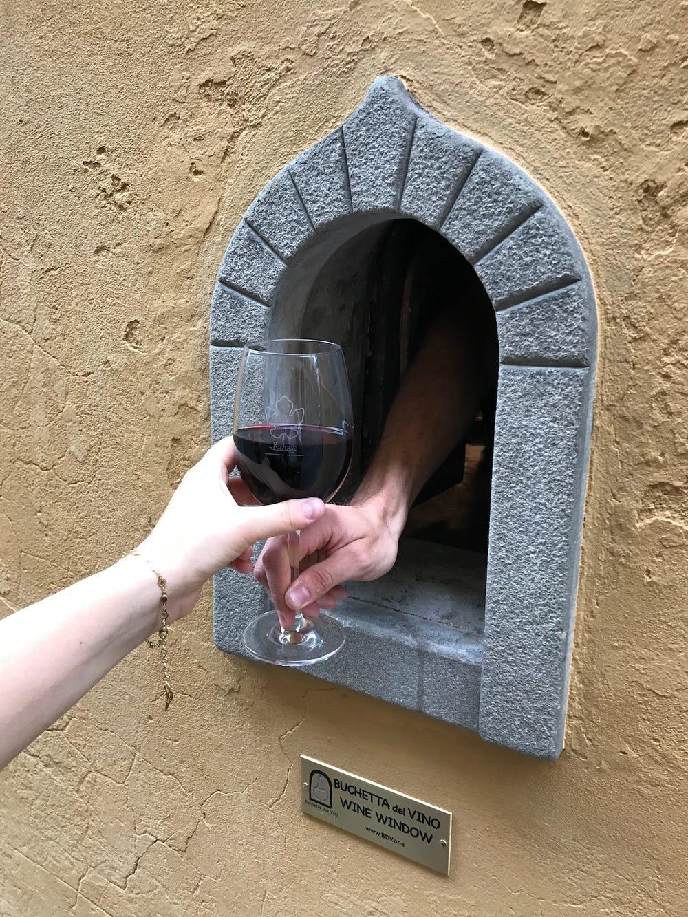 Nằm cạnh sông ở Santo Spirito, nhà hàng kiêm bar Babae đã dùng chính cửa sổ rượu của tòa nhà để phục vụ rượu cho thực khách từ lúc 19h - 20h mỗi tối.