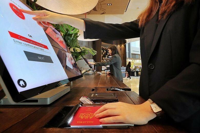Hệ thống xác thực khách điện tử (EVA) qua công nghệ nhận diện khuôn mặt có thể giúp khách sạn giảm 70% thời gian khách phải chờ để nhận phòng. Ảnh: Straits Times.