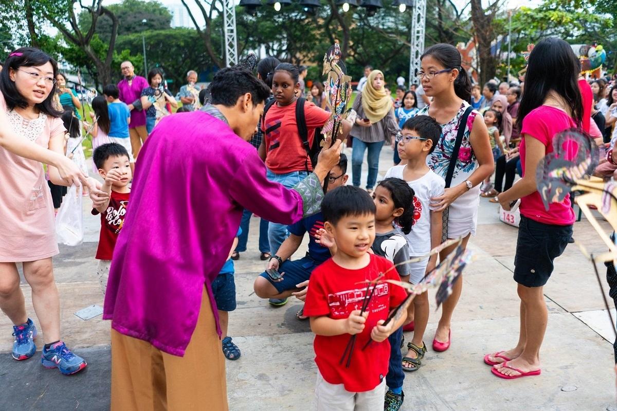 Trẻ em và người lớn tham dự Lễ hội Di sản Singapore vào năm 2018. Trước tình trạng Covid-19 hiện tại, lễ hội năm nay sẽ được tổ chức trực tuyến vào tháng 6.