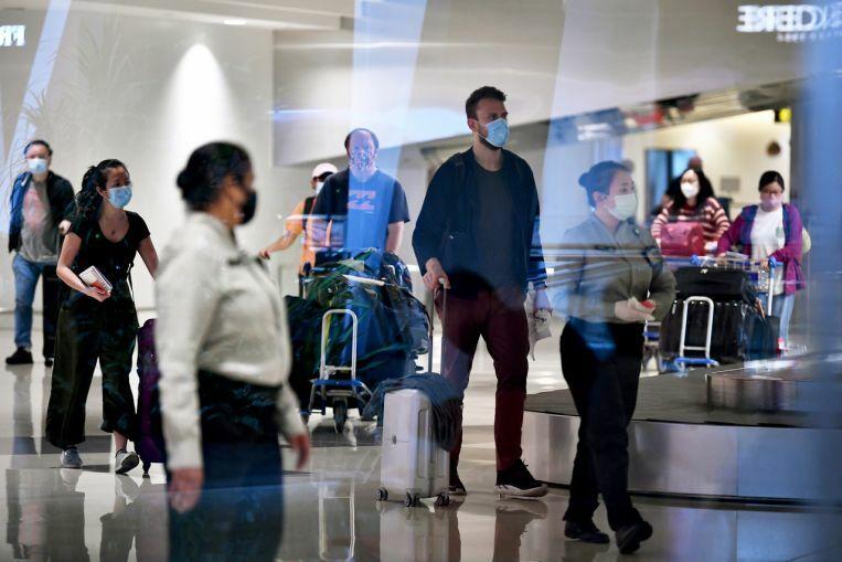 Hành khách đến sân bay Changi vào 12/6. Ảnh: Lim Yaohui.