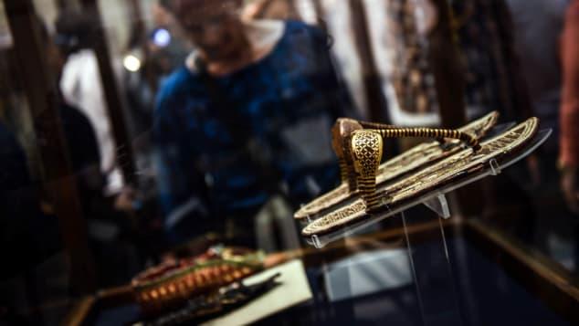 Không phải mọi thứ liên quan đến vị vua này đều làm từ vàng. Trong số những thứ được chôn cất cùng vua Tut có khoảng 90 đôi dép. Một số được làm từ cói, số khác làm từ da. Ảnh: AFP.