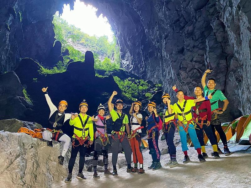 Trước khi khởi hành, anh được hướng dẫn cách đi rừng cũng như sử dụng dây bảo hiểm; tránh các loại cây dại không bị ngứa như: cây lá Han sẽ gây mẩn ngứa hàng tuần liền; hoặc tránh các loại ong rừng. Anh cũng được dặn phải đi tất dày, xịt thuốc chống côn trùng để tránh muỗi va vắt khi đi rừng, sử dụng đèn khi đi vào hang, cách đi trên núi đá và dưới suối. Hành trình gồm 10 người tham gia, trong đó, có 5 chuyên gia Việt Nam và một chuyên gia nước ngoài đi kèm để hỗ trợ. Ngoài ra, 25 người chuyên xách đồ đi trước và nấu ăn cũng như chuẩn bị lều trại.