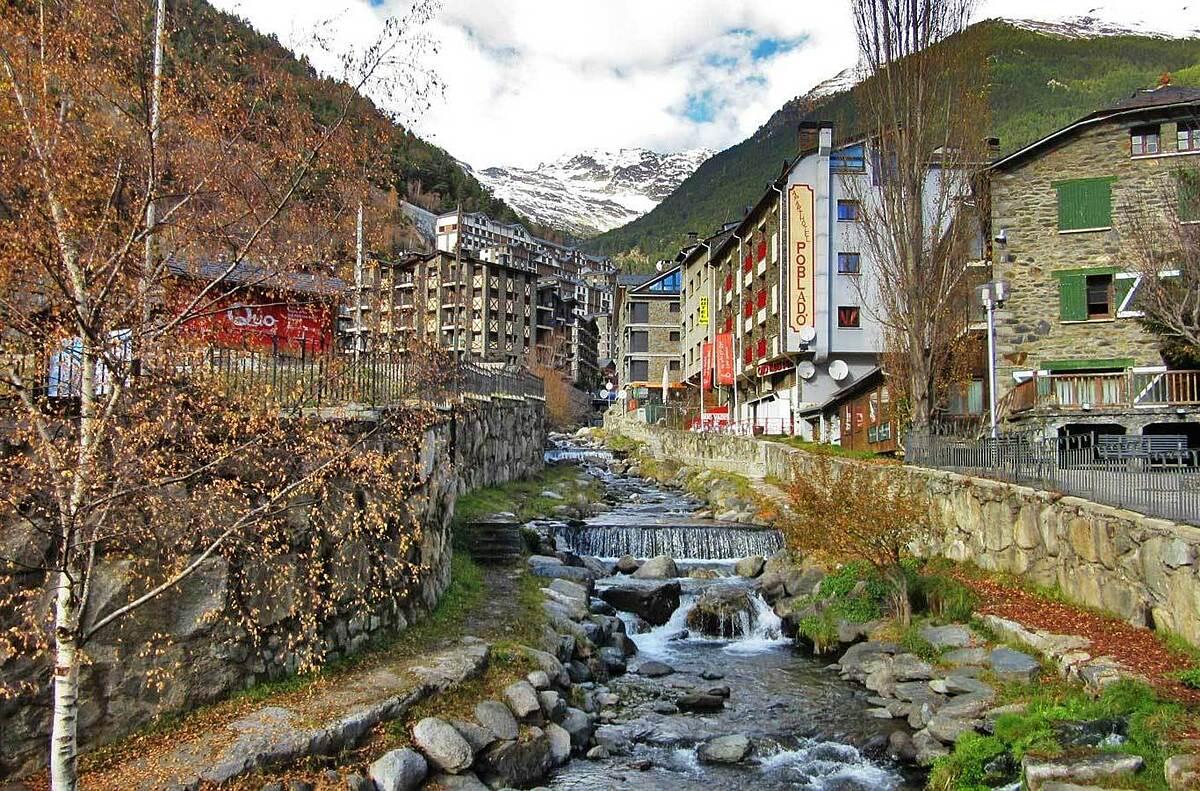 Nhiều người định nghĩa về Andorra là một trung tâm mua sắm trên núi. Nhưng những du khách từng đến đây nói rằng đó là một quan điểm sai lầm. Quốc gia nhỏ bé này sở hữu rất nhiều phong cảnh đẹp. Ảnh: Great destinations radio show.