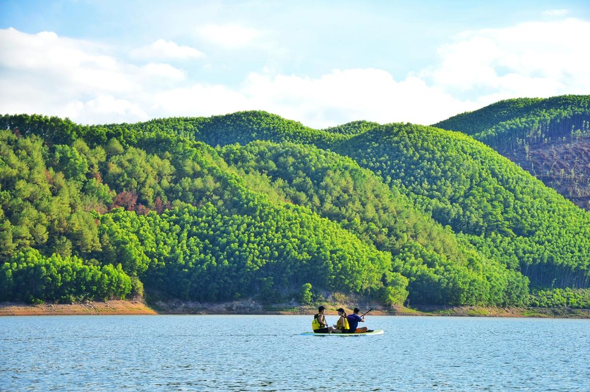 Khe Ngang là hồ nước ngọt nằm lọt thỏm giữa rừng núi, thu hút nhiều người dân bản địa lẫn du khách dịp cuối tuần. Nơi đây thích hợp với những người thích không gian yên bình, ngắm khung cảnh thiên nhiên nên thơ.