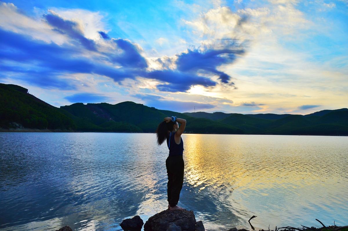 Bình minh và hoàng hôn là thời điểm đẹp nhất hồ Khe Ngang, do đó, nhiều nhóm bạn trẻ thích cắm trại qua đêm, ngắm bầu trời đầy sao.