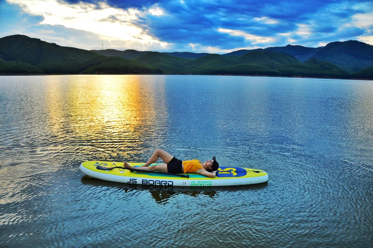 Trải nghiệm chèo sub giữa hồ sáng sớm và hoàng hôn. Cách đó không xa là lăng Minh Mạng, lăng Gia Long, điện Hòn Chén...